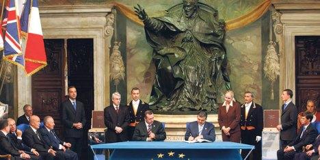 Başbakan Erdoğan ve Dışişleri Bakanı Gül Avrupa Anayasası'nın nihaî metnini imzalıyor. Roma  – 29 Ekim 2004