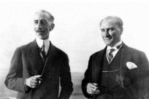 """Cumhuriyet dönemi Türkiye-Irak ilişkileri, """"Musul Sorunu"""" ve İngiltere'nin Irak üzerindeki mandaterliği nedeniyle başlangıçta soğuktu ve Atatürk, Irak'a karşı mesafeli bir tutum izliyordu. Hatta Irak Kralı Faysal daha önce Türkiye'yi ziyaret etmek istemesine rağmen Atatürk, Türkiye'nin Bağdat elçisi vasıtasıyla Kral Faysal'ın ziyaretinin teşvik edilmemesini istemişti. Faysal'ın 6-8 Temmuz 1931 tarihlerinde Türkiye'yi ziyareti ise ilişkilere bir dostluk havası kazandırmıştır."""